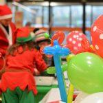 Evento Conad. addette allo spazio bimbi intente e creare palloncini