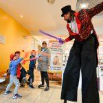 Evento Conad, trampoliere intento in una battaglia con tre bambini a colpi di palloncini