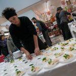 Evento Conad, addetta alla preparazione dei panini con rucola e carne