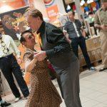 Evento Conad - 20 anni insieme, una ballerina balla con un cliente