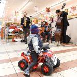Evento Conad - la band musicale ammirata da un bimbo su una macchinina elettrica