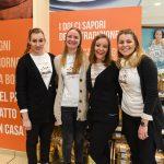 Evento Conad - 20 anni insieme, gruppo di 4 ragazze con maglietta dell'evento