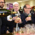 Evento Conad - un somelier versa il vino in un bicchiere