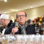 Evento Conad - uomo con calice vino bianco in mano