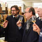 Evento Conad - degustazione vino con il somelier, persone con calici in mano