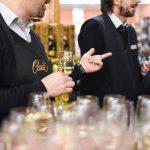 Evento Conad - due uomini degustano un vino bianco