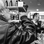 Evento Conad - foto in bianco e nero, uomo con barba bianca beve da un calice