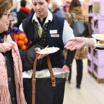 Evento Conad - addetta serve pezzi di torta ai presenti
