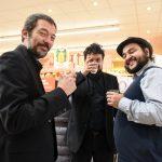 Evento Conad - tre musicisti brindano sorridenti