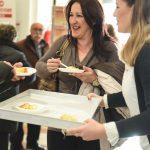 Evento Conad - le nostre persone, una nostra addetta porge un pezzo di torta a due persone