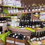 Immagine dell'enoteca Conad con moltissime bottiglie di vino biologico, rosso, bianco, rosato